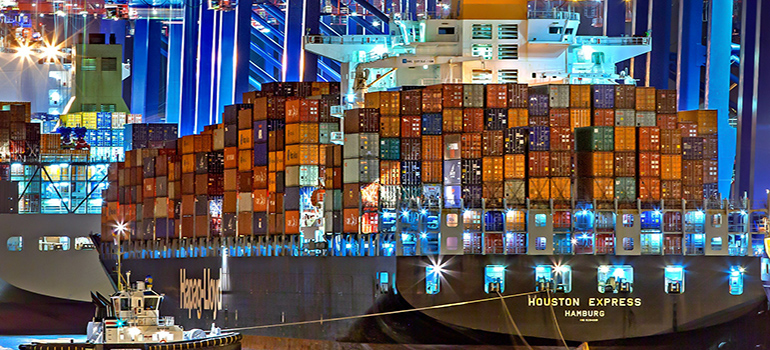 cargo ship helped by blockchain to provide a faster freight forwarding