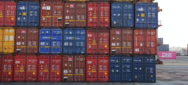 securing valuable cargo while shipping by using containers